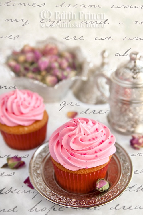 cupcakes252520cu252520trandafiri2525203 thumb25255B325255D - CUPCAKES CU TRANDAFIRI