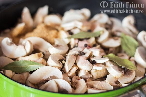 ciuperci in cratita 1 - Ciuperci marinate