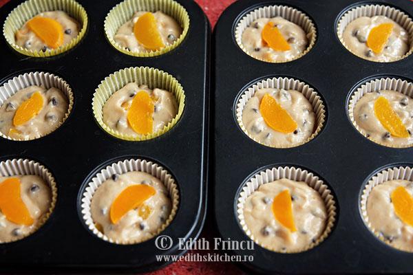muffins cu piersici si ciocolata in tava - Muffins cu piersici si ciocolata