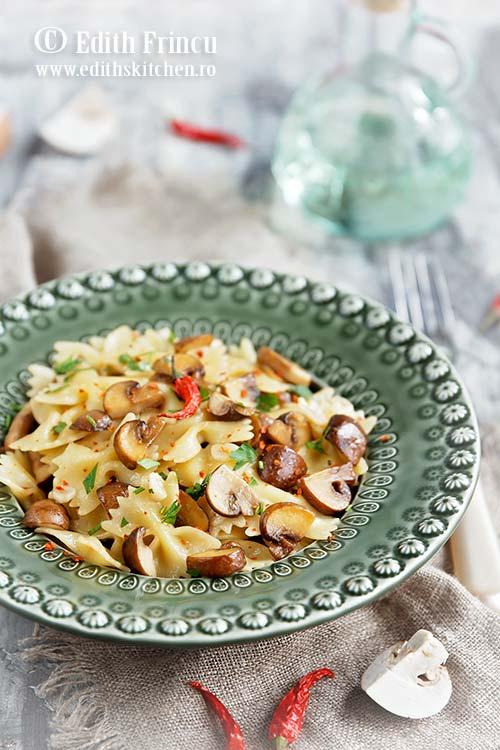 paste aglio olio cu ciuperci 2 - Paste aglio olio cu ciuperci