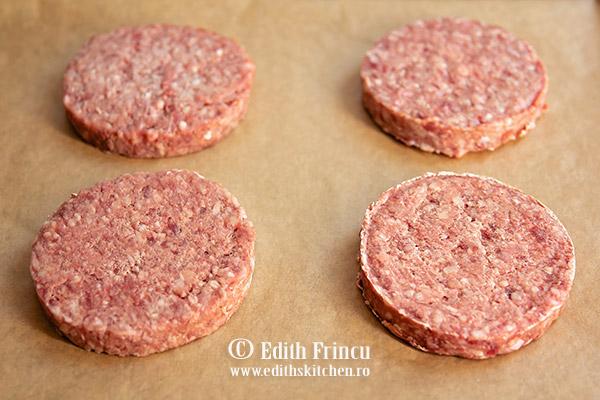 Burgeri Edenia in tava - Burger de vita Angus cu bacon si ceapa