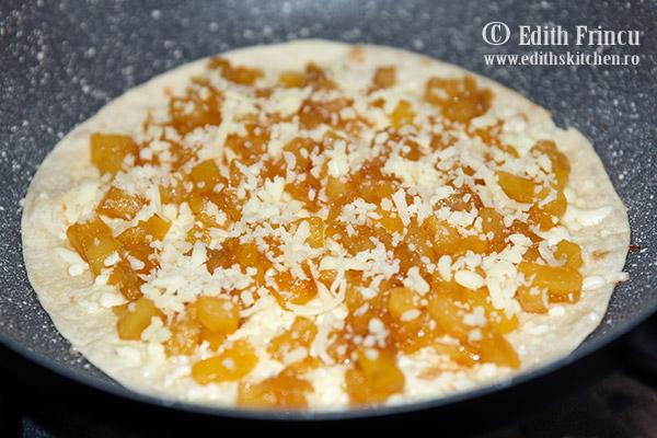 quesadilla cu ananas caramelizat in tigaie - Quesadilla cu ananas caramelizat