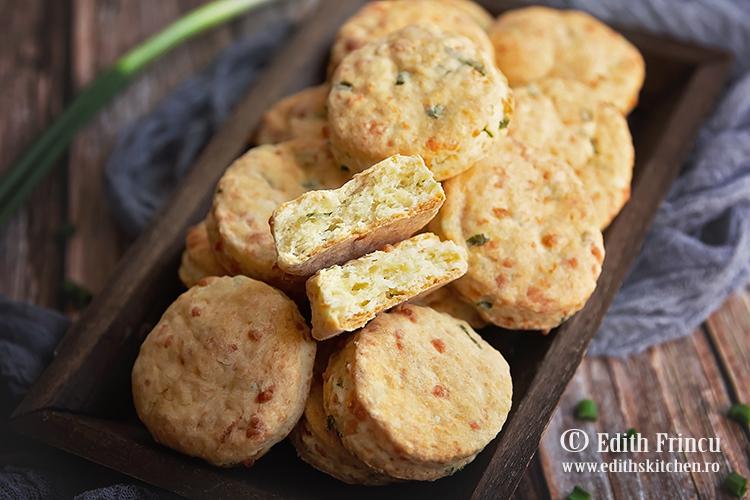 biscuiti cu ceapa si mozzarella 1 - Biscuiti cu mozzarela si ceapa verde