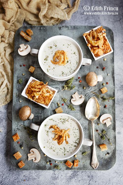 supa crema de ciuperci cu ceapa crocanta 1 - Supa crema de ciuperci cu ceapa crocanta